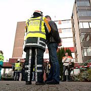 NLD/Naarden/20051222 - Brand in bejaardentehuis de Veste Naarden, overleg brandweer