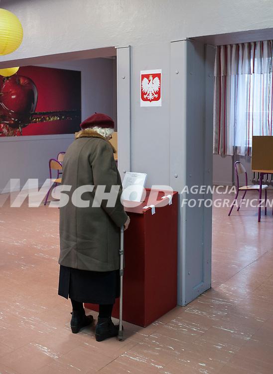 16.11.2014 Bialystok Glosowanie w Obwodowej Komisji Wyborczej nr 20 fot Michal Kosc / AGENCJA WSCHOD