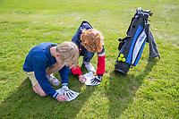 HALFWEG - invullen scorekaart,  jeugdgolf  olv pro's David Sijnke en Dirk Sandee op de Amsterdamse Golf Club.    COPYRIGHT KOEN SUYK