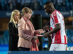 Jores Okore (AaB) får overrakt sølvmedalje af kulturminister Joy Mogensen efter finalen i Sydbank Pokalen mellem AaB og SønderjyskE den 1. juli 2020 i Blue Water Arena, Esbjerg (Foto Claus Birch).