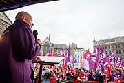 Piet Fortuin, voorzitter van CNV Vakmensen, spreekt de menigte toe. In Amsterdam wordt door de vakbond CNV samen met het FNV onder de noemer #naardedam een grote manifestatie gehouden voor een sociaal Nederland en tegen het beleid van de regering waarbij veel geld naar grote bedrijven en de aandeelhouders gaat in plaats van naar de bevolking. Er deden naar schatting tussen de vijf- en achtduizend demonstranten mee met de actie.<br /> <br /> In Amsterdam trade unions CNV and FNV held a big demonstration against the Dutch government. According to the unions too much money is going to big companies and their shareholders instead of to a social country.