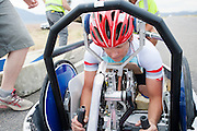 Liz MacTernan zit klaar in de Beluga. Op maandagochtend worden de kwalificaties gehouden. In Battle Mountain (Nevada) wordt ieder jaar de World Human Powered Speed Challenge gehouden. Tijdens deze wedstrijd wordt geprobeerd zo hard mogelijk te fietsen op pure menskracht. Ze halen snelheden tot 133 km/h. De deelnemers bestaan zowel uit teams van universiteiten als uit hobbyisten. Met de gestroomlijnde fietsen willen ze laten zien wat mogelijk is met menskracht. De speciale ligfietsen kunnen gezien worden als de Formule 1 van het fietsen. De kennis die wordt opgedaan wordt ook gebruikt om duurzaam vervoer verder te ontwikkelen.<br /> <br /> In Battle Mountain (Nevada) each year the World Human Powered Speed Challenge is held. During this race they try to ride on pure manpower as hard as possible. Speeds up to 133 km/h are reached. The participants consist of both teams from universities and from hobbyists. With the sleek bikes they want to show what is possible with human power. The special recumbent bicycles can be seen as the Formula 1 of the bicycle. The knowledge gained is also used to develop sustainable transport.