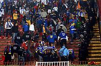 Fotball<br /> Serbia v Bosnia<br /> Foto: imago/Digitalsport<br /> NORWAY ONLY<br /> <br /> 14.10.2005  <br /> <br /> BH Fanaticos: Bosnische Fans zerstören die Stadionsitze und nehmen sie als Souvenir, die Polizei steht teilnahmslos daneben