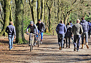 Nederland, Ubbergen, 22-3-2020 Lentedag in het bos tussen Nijmegen, Berg en Dal en Ubbergen. Ondanks de oproep thuis te blijven vanwege het verspreidingsgevaar van het coronavirus zijn veel mensen aan de wandel. Mountainbikers rijden er ook. Er is een mountainbikeroute door het bos aangelegd. Foto: ANP/ Hollandse Hoogte/ Flip Franssen