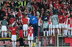 10.04.2010, Bruchwegstadion, Mainz, GER, 1. FBL, 1.FSV Mainz 05 vs Borussia Dortmund, im Bild alle Mainzer feiern auf dem Zaun, EXPA Pictures © 2010, PhotoCredit: EXPA/ nph/  Roth / SPORTIDA PHOTO AGENCY