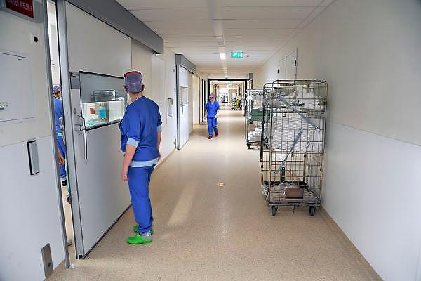 Nederland, Nijmegen, 2-2-2012Twee medewerkers van een ok begroeten elkaar op de nieuwe en state of the art operatieafdeling van het umc radboud.Foto: Flip Franssen