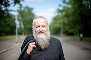 Autor Christian Hussel fotografiert für das Prager Literaturhaus in Zizkov. Er ist gelernter Drechsler und hat Theaterwissenschaft und Soziologie studiert. Er schrieb Beiträge für originalgrafische Zeitschriften, Anthologien und Literaturzeitschriften. Bisher wurden von ihm mehr als 20 Hörspiele produziert und drei Theaterstücke zur Aufführung gebracht.