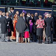 BEL/Brussel/20101120 - Huwelijk prinses Annemarie de Bourbon de Parme-Gualtherie van Weezel en bruidegom Carlos de Borbon de Parme, Koninklijke familie stapt uit de bus