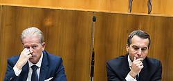 13.10.2016, Parlament, Wien, AUT, Parlament, Nationalratssitzung, Sitzung des Nationalrates mit Generaldebatte über das Bundesfinanzgesetz 2017, im Bild v.l.n.r. Vizekanzler und Minister für Wirtschaft und Wissenschaft Reinhold Mitterlehner (ÖVP) und Bundeskanzler Christian Kern (SPÖ) // f.l.t.r. Vice Chancellor of Austria and Minister of Science and Economy Reinhold Mitterlehner and Federal Chancellor of Austria Christian Kern during meeting of the National Council of austria according to government budget 2017 at austrian parliament in Vienna, Austria on 2016/10/13, EXPA Pictures © 2016, PhotoCredit: EXPA/ Michael Gruber