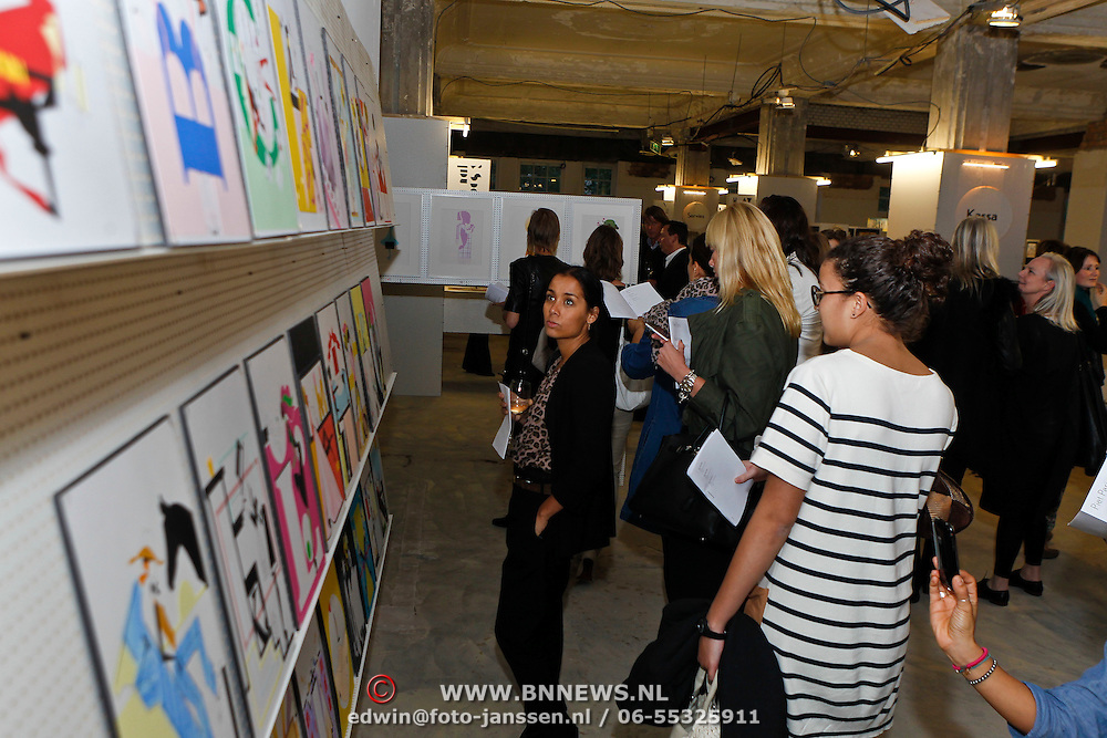 NLD/Amsterdam/20101014 -Opening tentoonstelling Piet Paris en presentatie postzegel in Amsterdam, klanten bekijken de tentoonstelling