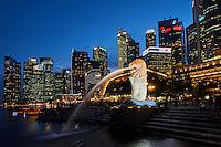 Singapour, Marina Bay, le quartier financier, parc Merlion, statue du Merlion, embleme de la ville //Singapore, Marina Bay, city center, financial district with its skylines, Merlion parc, emblem of the city