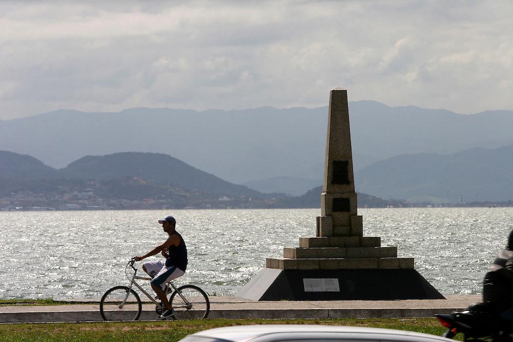 Florianopolis_SC, Brasil...Homem andando de bicicleta na avenida Beira-Mar, no centro da capital catarinense...A man cycling  in Beira-Mar avenue, in Florianopolis center, Santa Catarina...Foto: LEO DRUMOND / NITRO