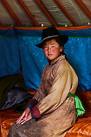Mongolie, Province de Ovorkhangai, Vallee de l'Orkhon, campement nomade, jeune femme à l'intérieur d'une yourte // Mongolia, Ovorkhangai province, Orkhon valley, Nomad camp, young woman in the yurt