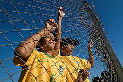 Torcedores acompanham a Seleção Brasileira de Futebol durante treino no C T do Corinthians, em São Paulo. FOTO: Jefferson Bernardes/Preview.com