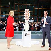 NLD/Apeldoorn/20100608 - H.K.H. Prinses Maxima opent ' De St@art ', Onthulling kunstwerk van papier met  Maxima en directeur Coen de Ruiter