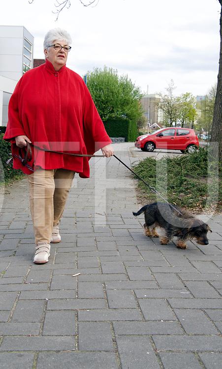 RAALTE - Hond toegetakeld door katten.<br /> Lenie met haar teckel.<br /> De teckel werd door twee katten mishandeld.<br /> FFU PRESS AGENCY COPYRIGHT Harry Kruipers