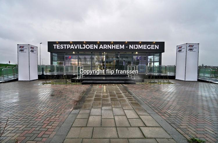 Nederland, Nijmegen, 3-12-2020  Langs de a325 in Lent wordt een mega testlocatie van de GGD gebouwd . Het xl-paviljoen is bijna klaar en kan een groot aantal coronatests per dag, rond de 4000, voor de bewoners in de regio arnhem nijmegen en betuwe uitvoeren .Foto: Flip Franssen