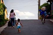 Jeceaba_MG, Brasil...Pessoas na rua em Jeceaba, Minas Gerais...The people on the street in Jeceaba, Minas Gerais...Foto: JOAO MARCOS ROSA / NITRO