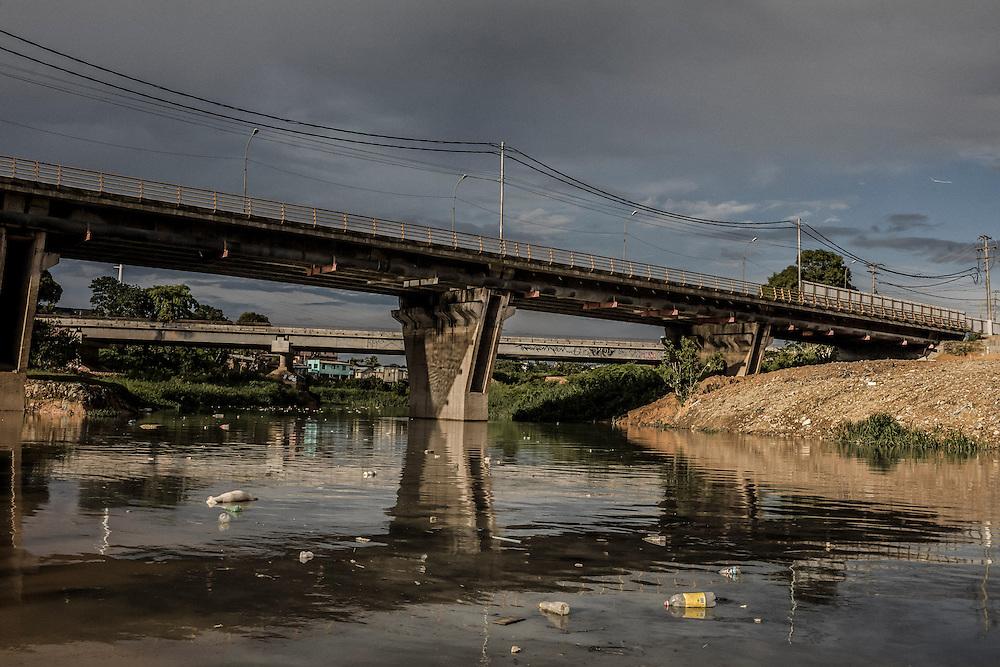 Brazil, Amazonas, rio Negro, Manaus. <br /> <br /> Entree dans la favela de Sao Raimundo. Le courant du fleuve accumule ici les dechets rejetes dans les eaux du port.
