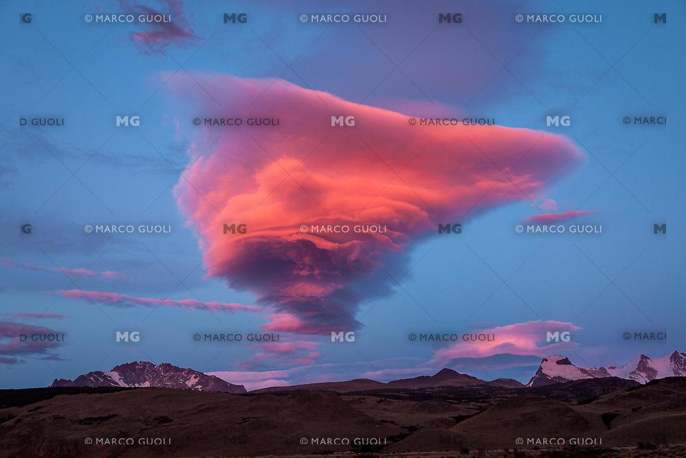 NUBE LENTICULAR AL AMANECER, EL CHALTEN, PARQUE NACIONAL LOS GLACIARES, PROVINCIA DE SANTA CRUZ, PATAGONIA, ARGENTINA (PHOTO © MARCO GUOLI - ALL RIGHTS RESERVED)