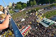 Nederland, The Netherlands, 21-7-2015Recreatie, ontspanning, cultuur, dans, theater en muziek in de binnenstad. Bloemen worden uitgestrooid over festival de Kaaij.Een van de tientallen feestlocaties in de stad. Onlosmakelijk met de vierdaagse, 4daagse, zijn in Nijmegen de vierdaagse feesten, de zomerfeesten. Talrijke podia staat een keur aan artiesten, voor elk wat wils. Een week lang elke avond komen ruim honderdduizend bezoekers naar de stad. De politie heeft inmiddels grote ervaring met het spreiden van de mensen, het zgn. crowd control. De vierdaagsefeesten zijn het grootste evenement van Nederland en verbonden met de wandelvierdaagse. Foto: Flip Franssen/Hollandse Hoogte