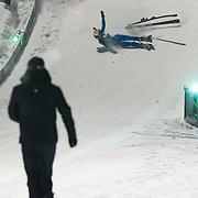 DUI/Hinterzarten/20130212 - Opname Vliegende Hollanders 2013 - Sterren van de Schans, Kelly van der Veer valt met schansspringen