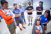 Rik Houwers van het HPT zit in de Eta van de universiteit van Toronto. Het Human Power Team Delft en Amsterdam (HPT), dat bestaat uit studenten van de TU Delft en de VU Amsterdam, is in Amerika om te proberen het record snelfietsen te verbreken. Momenteel zijn zij recordhouder, in 2013 reed Sebastiaan Bowier 133,78 km/h in de VeloX3. In Battle Mountain (Nevada) wordt ieder jaar de World Human Powered Speed Challenge gehouden. Tijdens deze wedstrijd wordt geprobeerd zo hard mogelijk te fietsen op pure menskracht. Ze halen snelheden tot 133 km/h. De deelnemers bestaan zowel uit teams van universiteiten als uit hobbyisten. Met de gestroomlijnde fietsen willen ze laten zien wat mogelijk is met menskracht. De speciale ligfietsen kunnen gezien worden als de Formule 1 van het fietsen. De kennis die wordt opgedaan wordt ook gebruikt om duurzaam vervoer verder te ontwikkelen.<br /> <br /> Rik Houwers tries the Eta speed bike of Toronto. The Human Power Team Delft and Amsterdam, a team by students of the TU Delft and the VU Amsterdam, is in America to set a new  world record speed cycling. I 2013 the team broke the record, Sebastiaan Bowier rode 133,78 km/h (83,13 mph) with the VeloX3. In Battle Mountain (Nevada) each year the World Human Powered Speed Challenge is held. During this race they try to ride on pure manpower as hard as possible. Speeds up to 133 km/h are reached. The participants consist of both teams from universities and from hobbyists. With the sleek bikes they want to show what is possible with human power. The special recumbent bicycles can be seen as the Formula 1 of the bicycle. The knowledge gained is also used to develop sustainable transport.