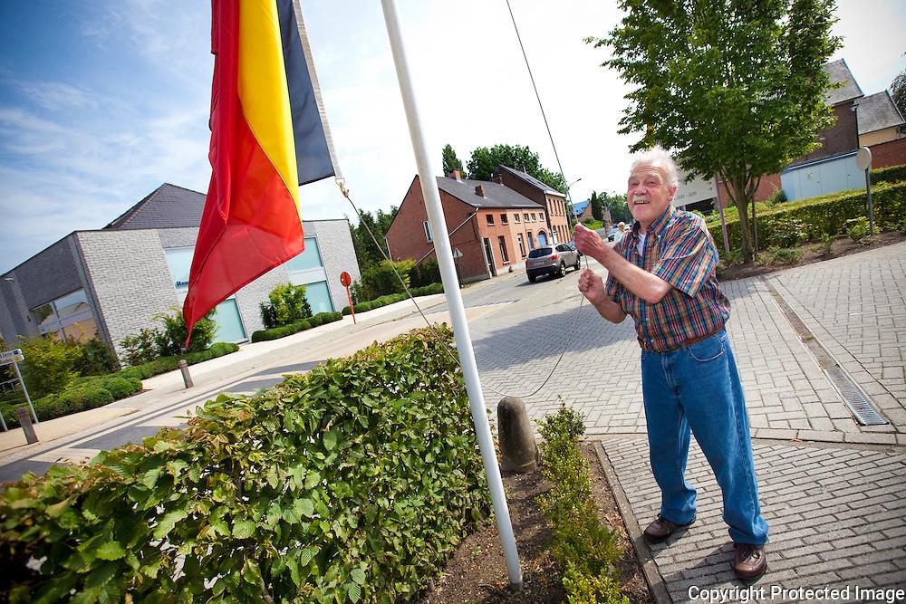 Franky Ackermans (61jaar), vrijwilliger in rusthuis Berlaar, hijst de Belgische vlag-JDW