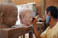 Asie du Sud Est, Cambodge, Province de Siem Reap, ville de Siem Reap, atelier des Artisans d Angkor, fabrication des statues de Bouddha // Southeast Asia, Cambodia, Siem Reap Province, Siem Reap city, Artisans of Angkor workshop, buddha statue