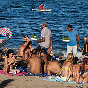 Cheap flights, affordable tourist accommodations, 4.5 km of beach, easy access to alcohol at any time: low cost tourism is gaining ground in Barcelona.