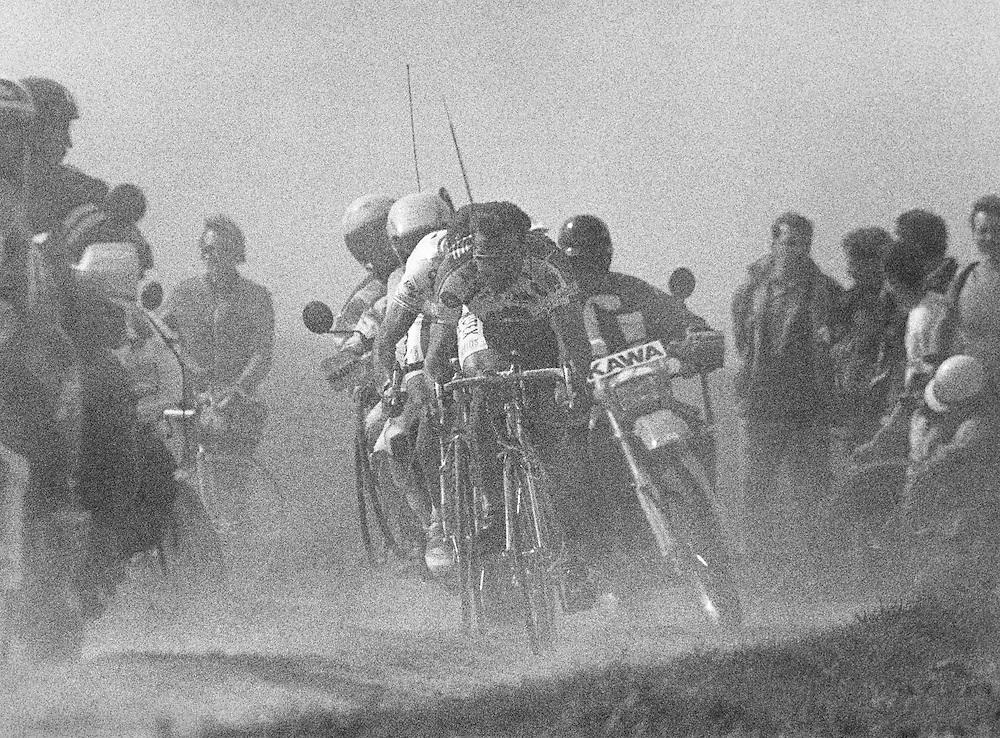 Frankrijk, 12 april 1993.<br /> Wielrennen, Klassieker.<br /> Parijs-Roubaix.<br /> In het stof doemen, in de finale, op de uiteindelijke nummer 2,Franco Ballerini (op kop) en de daar achter verscholen uiteindelijke winnaar Gilbert Duclos-Lassalle.<br /> Foto:Klaas Jan van der Weij.