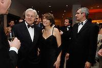 24 NOV 2006, BERLIN/GERMANY:<br /> Frank-Walter Steinmeier, SPD, Bundesaussenminister, seine Ehefrau Elke Buedenbender, und sein Pressesprecher, Martin Jaeger, (v.L.n.R.), Bundespresseball, Hotel Intercontinental<br /> IMAGE: 20061124-03-032<br /> KEYWORDS: Presseball, Ball, Frau, Wife, Elke Büdenbender, Martin Jäger
