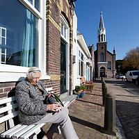 Nederland, Amsterdam, 15 oktober 2017.<br />Sloten is een dorp en de naam van een voormalige gemeente in de Nederlandse provincie Noord-Holland. Sloten ligt in het zuidwesten van de stad Amsterdam als onderdeel van het stadsdeel Nieuw-West. Sinds 1962 is er een Dorpsraad Sloten-Oud Osdorp.<br /> Sloten - dat wordt een beschermd dorpsgezicht.<br />Op de foto: Tafereel Nieuwe Akerweg met op de achtergrond de Protestantse Sloterkerk.<br /><br /><br /><br />Foto: Jean-Pierre Jans