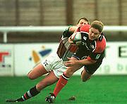 Twickenham  Surrey, The Stoop. Harlequins vs Saracens,<br /> <br /> <br /> Saracen centre, Tim Horan  passes  Quin's fly-half Craig Chalmers.<br /> <br /> [Mandatory Credit: Peter SPURRIER; Intersport Images]