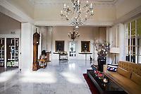 BEETSTERZWAAG -  De entree, hal,  van het  Bilderberg hotel op het landgoed Lauswolt.  Copyright Koen Suyk