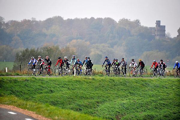 Nederland, Nijmegen, 16-5-2012Een groep mannen, vrienden, fietsen op hun sportfietsen op de dijk door de Ooijpolder. Vaak veroorzaken zij irritatie en ergernis bij andere fietsers vanwege hun roekeloze rijgedrag met hoge snelheid.Foto: Flip Franssen/Hollandse Hoogte