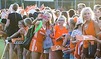 BREDA  (Neth) -   Xan de Waard (Ned) maakt selfie   na  de oefenwedstrijd hockey, tussen de vrouwen van Nederland en Spanje, in de Rabo Super Serie, in aanloop naar de spelen in Rio.   COPYRIGHT  KOEN SUYK