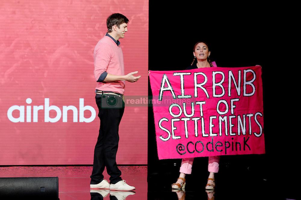 November 19, 2016 - Los Angeles, Kalifornien, USA - Ashton Kutcher mit Demonstrantin auf dem Airbnb Open 2016 zum Thema 'The Game Plan: Strategies for Entrepreneurs' im Orpheum Theatre. Los Angeles, 19.11.2016 (Credit Image: © Future-Image via ZUMA Press)