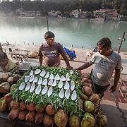 2016 10 14 Rishikesh Uttarakhand Indien<br /> Två män säljer kokosnötter vid Ganges<br /> <br /> ----<br /> FOTO : JOACHIM NYWALL KOD 0708840825_1<br /> COPYRIGHT JOACHIM NYWALL<br /> <br /> ***BETALBILD***<br /> Redovisas till <br /> NYWALL MEDIA AB<br /> Strandgatan 30<br /> 461 31 Trollhättan<br /> Prislista enl BLF , om inget annat avtalas.
