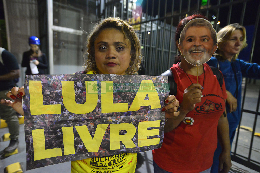 April 18, 2018 - Sao Paulo, Brazil - Protesters protest at the door of Rede Globo against the broadcaster and for the freedom of Lula. Lula was jailed on corruption charges but remains the leftist Workers' Party candidate for Brazil's October presidential election and an overall favourite in the polls. (Credit Image: © Cris Faga via ZUMA Wire)