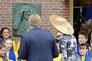 Koning Willem Alexander en Koningin Maxima op provinciebezoek in Gelderland .<br /> <br /> King Willem Alexander and Queen Maxima visit the province of  Gelderland<br /> <br /> Op de foto:  <br /> <br />   Koning Willem Alexander en Koningin Maxima brengen een bezoek aan Wageningen, het 5 mei plein waar ze naar de plaquette van Prins Bernard in de gevel naast het Hotel de Wereld. Daar zingt het koor van basisschool de Tarthorst een lied. Deze school heeft de plaquette geadopteerd.<br /> <br /> King Willem Alexander and Maxima Queen visit Wageningen, the May 5 square where they go to the plaque of Prince Bernard of the facade next to the Hotel World. There sings the chorus of the school Tarthorst a song. This school has adopted the plaque.