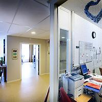 Nederland, Amsterdam , 4 juni 2013.<br /> Gemeenschappelijke ruimte in het gerenoveerde gedeelte van Slotervaart verpleeghuis.<br /> Op de foto: Verplegend personeel op de gerenoveerde afdeling van het Slotervaart Verpleeghuis.<br /> Verpleeghuis Slotervaart is door de inspectie voor de Gezondheidszorg onder verscherpt toezicht geplaatst.<br /> Afgelopen november schreef de inspectie een vernietigend rapport over de Cordaaninstelling na een onaangekondigd bezoek. De zorg was onder de maat, er waren heel veel wisselingen bij de management geweest ende bezetting was niet goed. Er werd verbetering geeist: een en ander moest half maart op orde zijn. Dat bleek begin mei nog niet het geval. Ook de grootschalige verbouwing zou tot veel onrust kunnen leiden voor de bewoners.<br /> Het verpleeghuis naast het Slotervaartziekenhuis in Amsterdam West, waar demente ouderen, chronisch zieken en revaliderende patienten wonen had de afgelopen jaren al vaker problemen.<br /> De zorg blijft ondermaats. Verbeteringen na vernietigend rapport nog niet voldoende.<br /> Foto:Jean-Pierre Jans