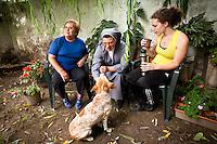 MOMENTO DE DESCANSO TOMANDO MATE EN UN JARDIN DE LA MAESTRA DE APOYO ESCOLAR Audrey Mandin, UNA HERMANA Y UNA AMIGA, DIQUE LUJAN, PROVINCIA DE BUENOS AIRES, ARGENTINA (PHOTO © MARCO GUOLI - ALL RIGHTS RESERVED)