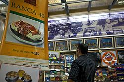 A tradicional Banca 40 é uma das mais antigas do Mercado Público de Porto Alegre, se tornou conhecida por seu sorvete de fabricação artesanal, sem adição de gordura hidrogenada. A nata, os sucos naturais preparados na hora, e a salada de frutas também são destaques, além do sanduíche aberto à moda da casa, composto por pão de forma, maionese, presunto, queijo, alface, tomate, molho rosé, batata palha e azeitona. No inverno, a opção para os clientes é saborear a sopa de capeletti ou o creme de ervilhas para aquecer, servida o dia todo. A casa se sobressai por oferecer um mezanino situado em meio a um jardim, próximo ao corredor central do Mercado. FOTO: Jefferson Bernardes/Preview.com