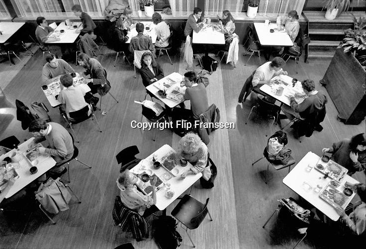 Nederland, Nijmegen, 15-10-1988 Serie over 24 uur KUN, katholieke universiteit Nijmegen en sinds 2004 Radboud universiteit, RU, RUN .Beelden mbt wetenschappelijk, universitair,onderwijs en onderzoek . Studenten en studentenleven . Maaltijden eten in de mensa en contant, cash, afrekenen met de gulden . Pinnen bestond nog niet.Foto: Flip Franssen