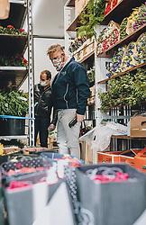 THEMENBILD - ein Blumenhändler wählt frische Blumen aus Holland in einem LKW aus, Kaprun am Dienstag 14. April 2020 // a florist selects fresh flowers from Holland in a truck in Kaprun, Austria on 2020/04/14. EXPA Pictures © 2020, PhotoCredit: EXPA/ Stefanie Oberhauser
