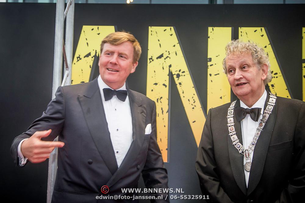 NLD/Amsterdam/20140508 - Wereldpremiere Musical Anne, Aankomst Z.K.H. Willem Alexander bij de premiere van Anne met Burgemeester Eberhard van der Laan