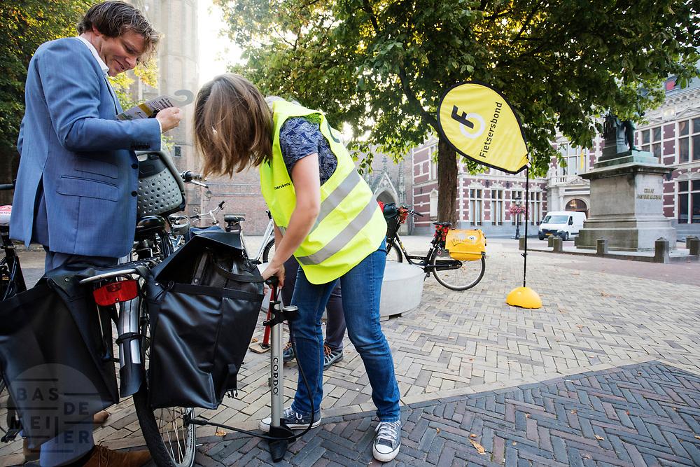 In Utrecht pompen vrijwilligers van de Fietsersbond gratis de banden op van fietsers. Met de actie wil de belangenclub fietsers meer snelheid geven. Zachte banden geven veel weerstand en zijn de belangrijkste bron voor onnodige weerstand. De Fietsersbond adviseert eens in de twee maanden de bandenspanning te controleren.<br /> <br /> In Utrecht the cyclist union Fietsersbond pumps up the tires of cyclists. With the action the union wants to point cyclists to the main source of unnecessary spil of energy: low pressure in the tires.
