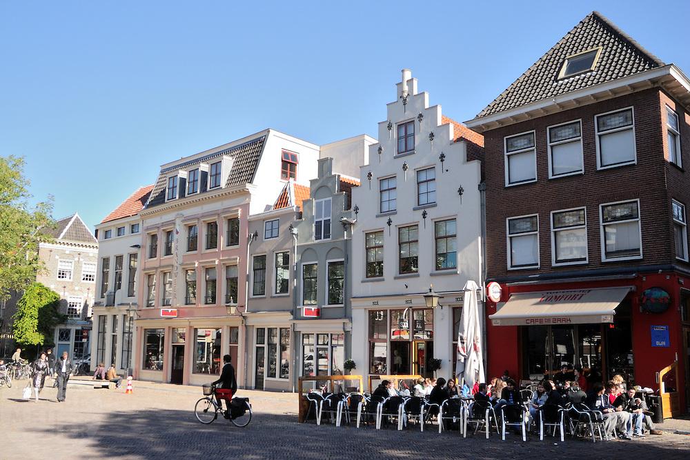 Mensen genieten aan de Korte Minrebroederstraat in Utrecht van het mooie nazomerweer.<br /> <br /> Terraces at the Korte Minrebroederstraat in Utrecht.