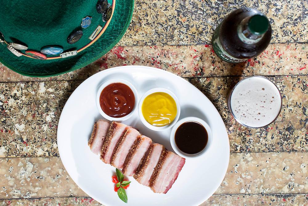 Belo Horizonte_MG, Brasil.<br /> <br /> Prato panceta defumada, com os molhos de mostarda, barbecue e frutas vermelhas do Restaurante Rima dos Sabores em Belo Horizonte, Minas Gerais.<br /> <br /> Dish smoked bacon, with mustard sauces, barbecue and red fruit of the Rima dos Sabores  Restaurant in Belo Horizonte, Minas Gerais.<br /> <br /> Foto: LEO DRUMOND / NITRO